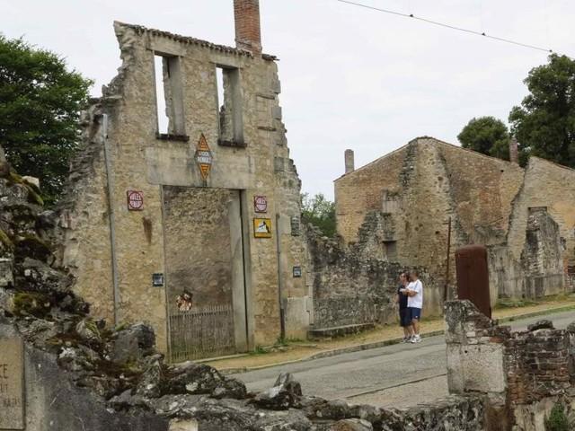 Le président Macron honore la mémoire du village martyr d'Oradour-sur-Glane