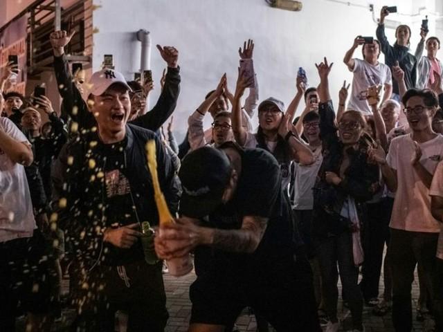 Elections à Hong Kong: victoire écrasante des pro-démocratie