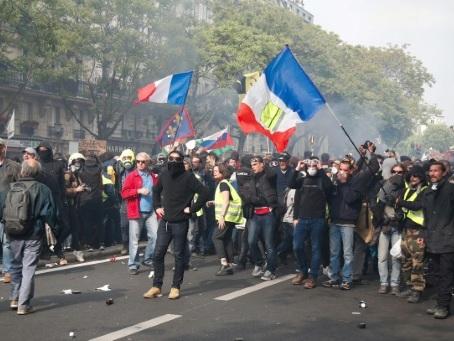 """1er mai: en France, """"jaunes"""" et """"rouges"""" déterminés à faire avancer la convergence des luttes"""
