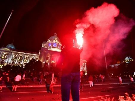 Serbie: manifestations tendues après l'annonce d'un couvre-feu anti virus