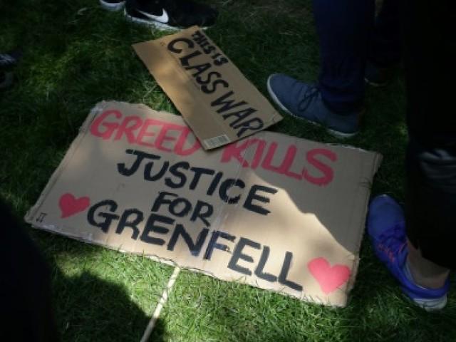 GB: veillée et bougies au pied de la Grenfell Tower en souvenir des victimes