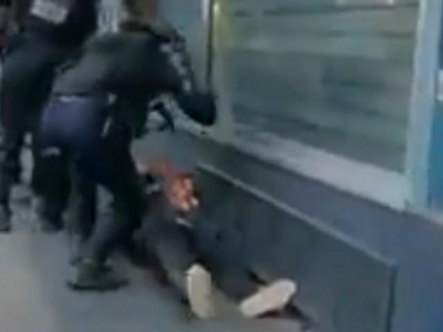 Gilets jaunes: un manifestant frappé à terre par un policier à Paris, l'IGPN saisi