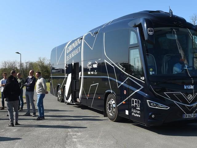 Coronavirus: des soignants dans le bus des Girondins de Bordeaux en route pour le Grand Est