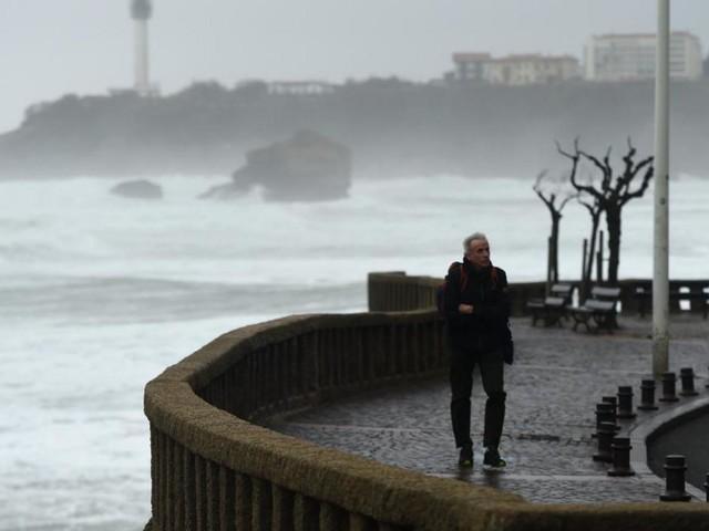 EN DIRECT - Alerte météo : 14 départements toujours en vigilance, 60.000 foyers sans électricité