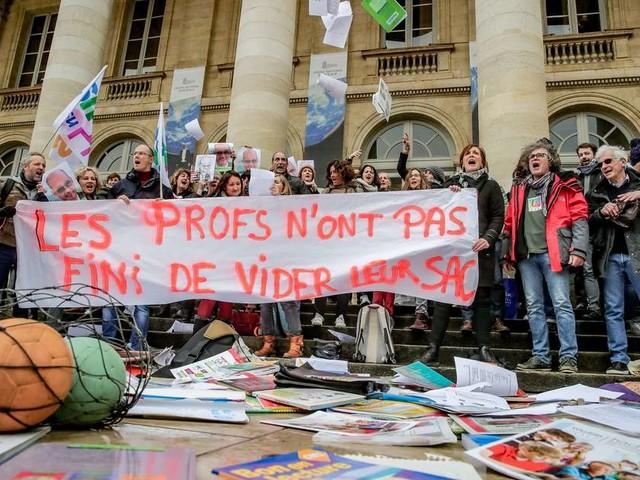 Bordeaux : les enseignants vident leurs cartables sur les marches du Grand Théâtre