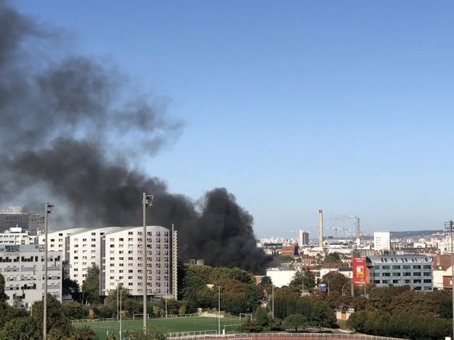 Incendie dans un garage automobile, à Paris: un pompier blessé, importantes fumées