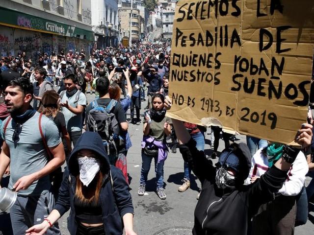 Chili: après trois jours d'émeutes meurtrières, les manifestations continuent