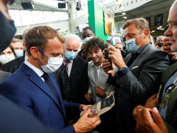 Emmanuel Macron cible d'un jet d'œuf lors d'un déplacement à Lyon