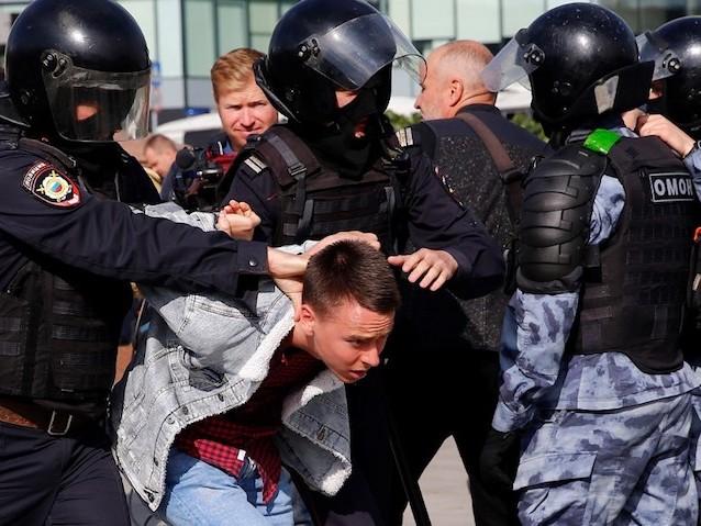 Russie : pourquoi des milliers de jeunes manifestent chaque samedi à Moscou