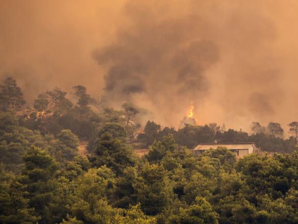Un ciel apocalyptique au-dessus de l'île grecque d'Eubée, en proie aux flammes – vidéo