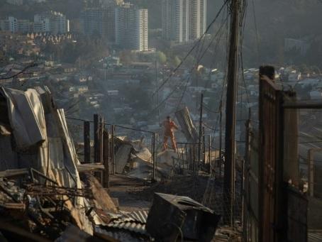 Chili: près de 150 maisons détruites par un incendie à Valparaiso