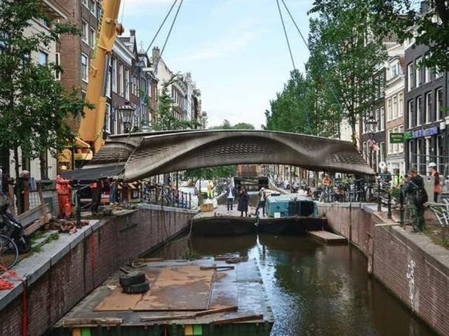 Le premier pont en acier imprimé en 3D au monde inauguré à Amsterdam