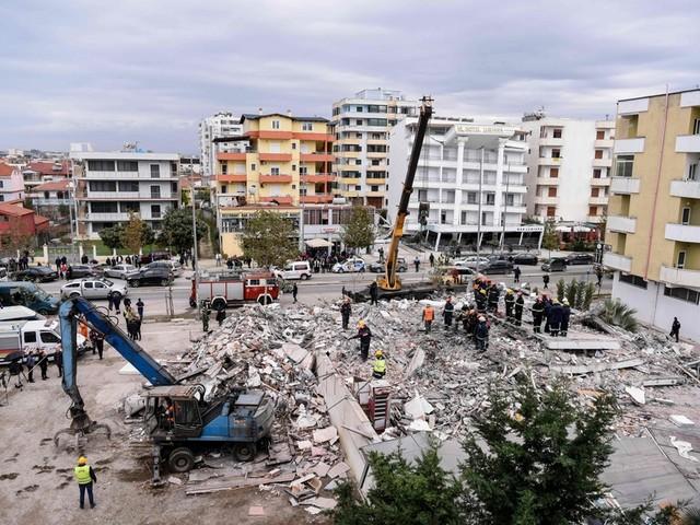 Séisme en Albanie: les secouristes gardent espoir malgré un bilan qui s'alourdit
