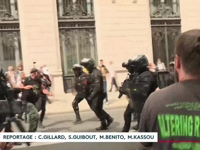 Manif contre le passe sanitaire : France Télévisions va porter plainte après l'agression d'une de ses équipes