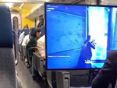Insolite : un passager installe son écran plat dans le train et joue à Fortnite