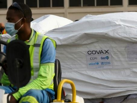 Virus : premiers vaccins Covax au Ghana, nouveaux soucis pour AstraZeneca dans l'UE