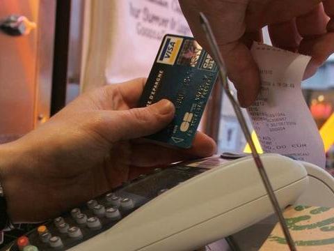 Restauration: Le pourboire par carte bancaire défiscalisé va-t-il booster le secteur?