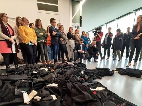 """De """"Nabucco"""" aux jets de robes: l'inépuisable créativité des manifestants"""