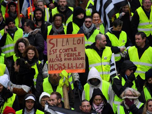 """Les gilets jaunes attendus pour l'acte X à Paris: les organisateurs invitent les participants à amener """"une fleur ou une bougie"""""""