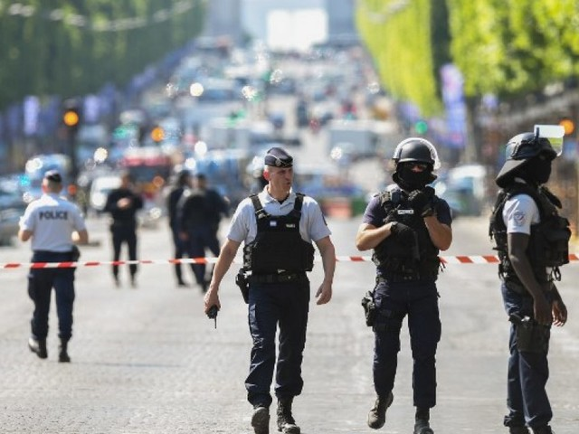 Attentat raté des Champs-Élysées: comment un fiché S peut-il bénéficier d'un port d'arme