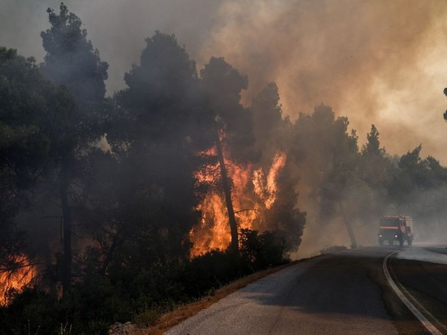 De violents incendies menacent l'île d'Eubée