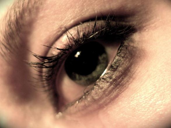 Une femme pleure des cristaux qui rendent les médecins perplexes – vidéo
