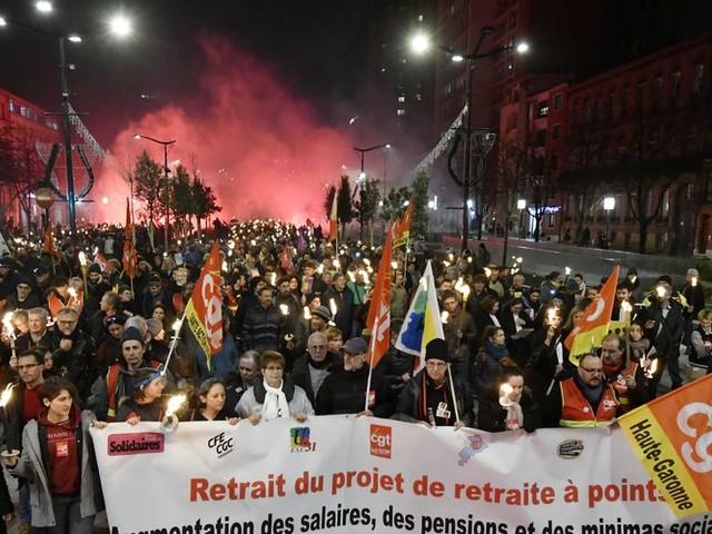 """""""Retraite aux flambeaux"""" : près de 1 500 manifestants dans le centre de Toulouse ce soir"""