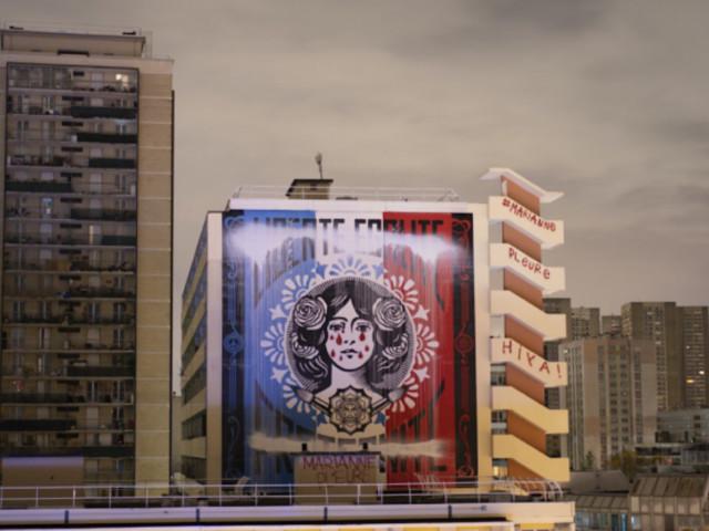 À Paris, des graffeurs font pleurer la Marianne de Shepard Fairey