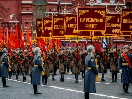 """Sur la place Rouge, défilé en mémoire de la """"parade légendaire"""" de 1941"""