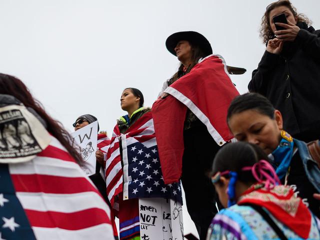 Etats-Unis : les images de jeunes supporteurs de Trump face à un vétéran amérindien suscitent l'indignation