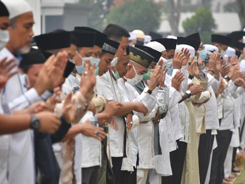 """""""Nous vivons une urgence climatique"""": l'Indonésie BRÛLE, les habitants prient pour la pluie"""