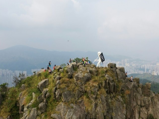 Hong Kong: des manifestants acheminent une statue au sommet d'une montagne