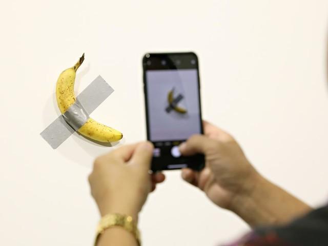"""""""J'ai attendu d'avoir faim"""": l'homme qui a mangé une banane à 120.000 dollars raconte son """"coup artistique"""""""