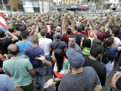 Liban: le soulèvement populaire ne faiblit pas, l'armée se montre