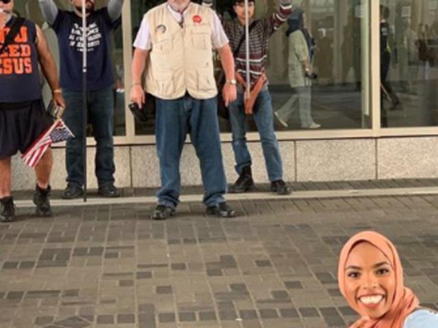 Quand une jeune femme voilée prend la pause devant une manifestation islamophobe