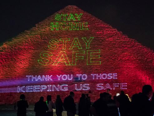 """""""Restez chez vous"""": la grande pyramide de Guizeh illuminée face au coronavirus"""