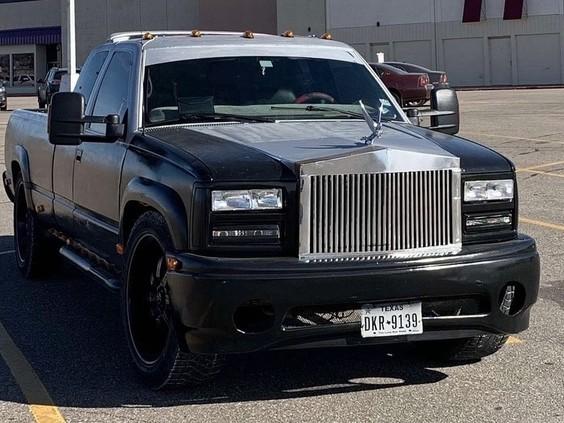 Un pick-up équipé d'une calandre Rolls-Royce