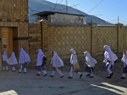 Pakistan : des fillettes comblées dans l'école de Malala, leurs parents inquiets