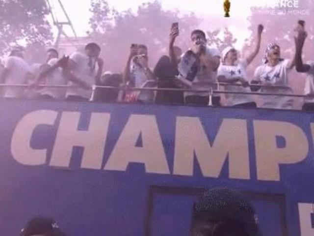 Coupe du monde de football de 2018: Il y avait tellement de fumigènes sur les Champs-Élysées que les Bleus ont dû se masquer