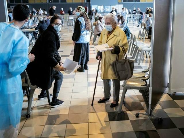 Covid: le cap des 50 millions de vaccinés enfin franchi, au ralenti