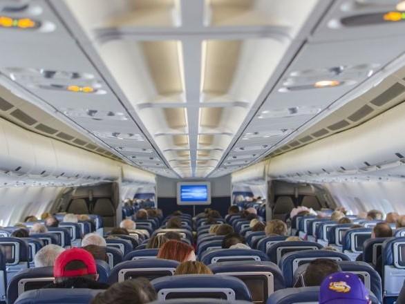 Un bébé a-t-il été placé au sol lors d'un vol de 08h à la demande de British Airways?
