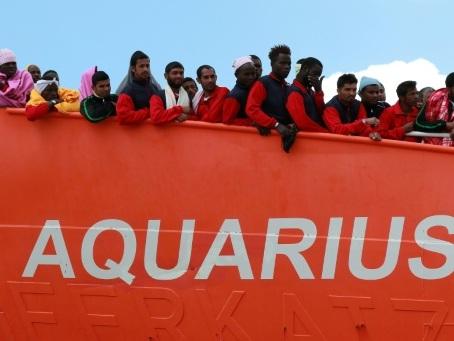 """En route vers Marseille, l'Aquarius demande un feu vert """"humanitaire"""" pour ses 58 migrants"""