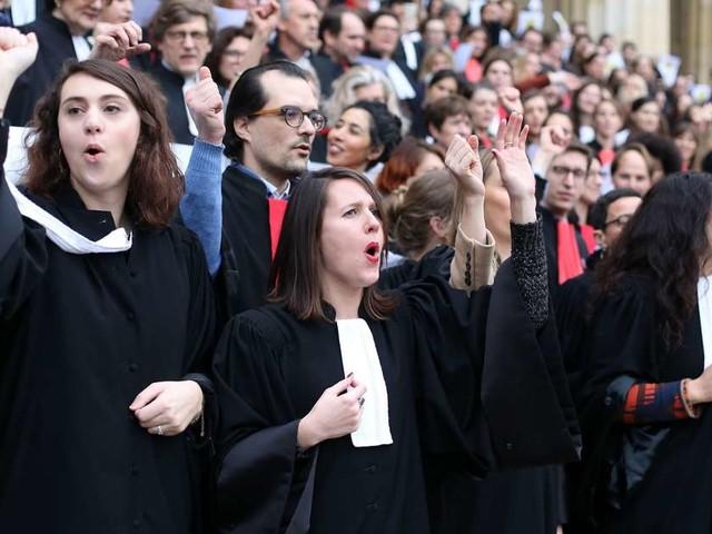 Bordeaux : la journée commence en chanson pour les avocats en grève dure