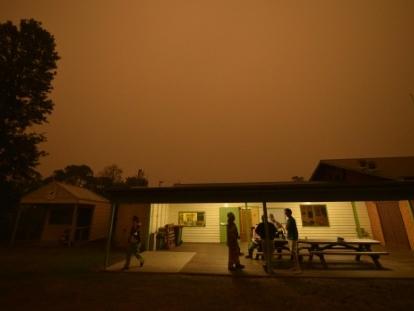 Australie: le vent provoque la jonction de deux énormes brasiers dans le sud-est