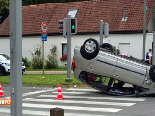 Accident impressionnant à Jette: une voiture termine sur le toit