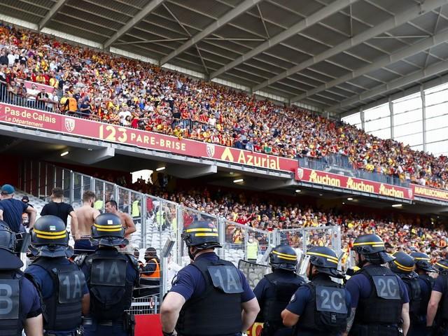 ENQUETE FRANCEINFO. Violences dans les stades : comment les clubs de foot tentent de marquer les supporters à la culotte