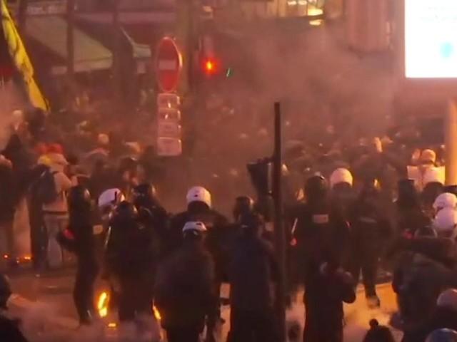 EN DIRECT - Quelques milliers de Gilets battent le pavé à Paris, tensions en cours près de la Gare de Lyon