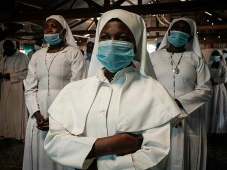 Virus: les Amériques se coudoient en termes de contaminations, un vaccin testé à grande échelle