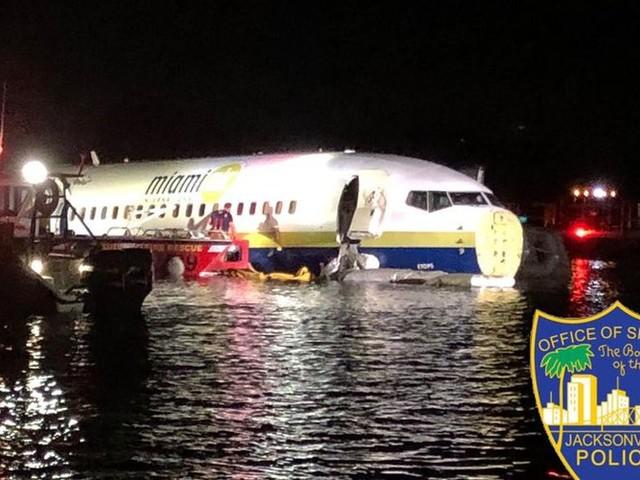 """""""Une expérience terrifiante"""" : un Boeing 737 rate son atterrissage et finit dans l'eau en Floride"""