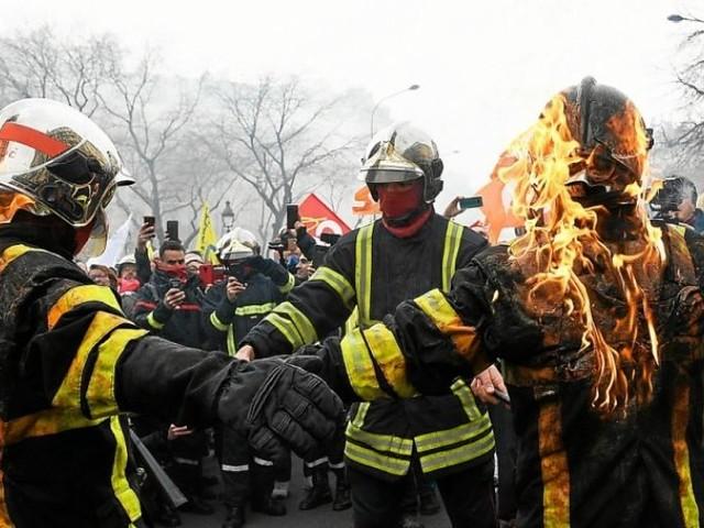 Des tensions au cours de la manifestation des pompiers à Paris
